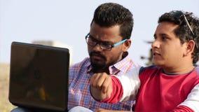 Affärsman för barn som två använder bärbara datorn i utomhus- stock video