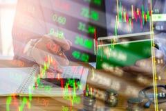 Affärsman för dubbel exponering och aktiemarknad- eller forexgraf som är passande för begrepp för finansiell investering Ekonomi  royaltyfria foton