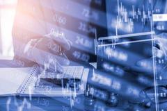 Affärsman för dubbel exponering och aktiemarknad- eller forexgraf som är passande för begrepp för finansiell investering Ekonomi  arkivfoto