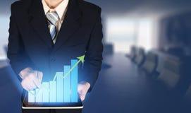 Affärsman för dubbel exponering som trycker på tillväxtstångdiagrammet på den finansiella grafen, suddig mötesrumbakgrund arkivbild