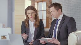 Affärsman för klient för försäljningschef övertygande som avslutar ett avtal lager videofilmer