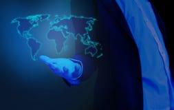 Affärsman för världskarta förestående, hologram Fotografering för Bildbyråer