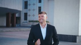 Affärsman firar framgång Man fick goda nyheter Framgångsrik affärsman visar ja-gest, extremt lycklig stock video