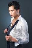 Affärsman från Asien som reparationr hans Tie Royaltyfri Fotografi