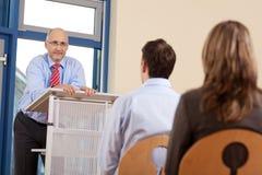 Affärsman Giving Presentation royaltyfria foton