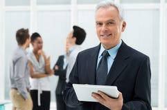 Affärsman Holding Digital Tablet Fotografering för Bildbyråer