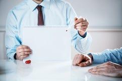 Affärsman Holding Empty Notebook med kopieringsutrymme royaltyfri bild