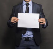 Affärsman Holding ett tomt tecken Arkivbild