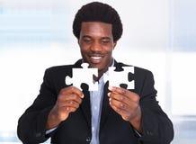 Affärsman Holding Jigsaw Puzzle Royaltyfri Foto