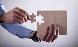 Affärsman Holding Jigsaw Puzzle framgång och affär royaltyfri fotografi