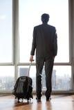 Affärsman Holding Luggage Fotografering för Bildbyråer