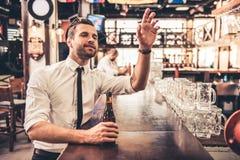 Affärsman i bar royaltyfri fotografi