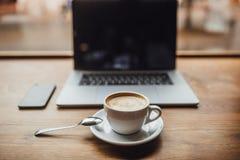 Affärsman i caffe med cofee Bärbar dator och kopp av coffe royaltyfri fotografi