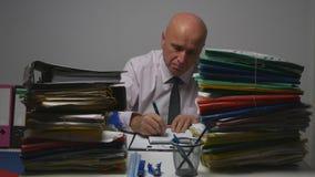Affärsman i dokument för redovisning för arkivrum undertecknande royaltyfri foto