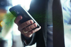 Affärsman i dräkten, omslag, skjorta, band, genom att använda hans smarta telefon Arkivbild
