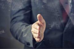 Affärsman i dräkten som är klar till handskakningen med förtroende och yrke Royaltyfri Foto