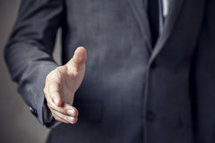 Affärsman i dräkten som är klar till handskakningen med förtroende och yrke Arkivbilder
