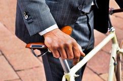 Affärsman i dräkten som rymmer en tappningcykel Royaltyfria Bilder