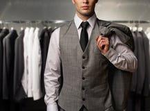 Affärsman i en shoppa Arkivfoto