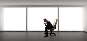 Affärsman i ett tomt kontor arkivfoton