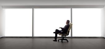 Affärsman i ett tomt kontor royaltyfri fotografi
