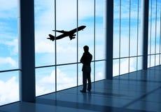 Affärsman i flygplats royaltyfri foto