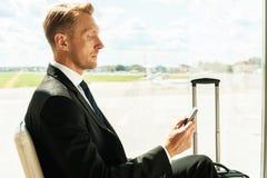 Affärsman i flygplats Royaltyfri Bild