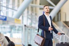 Affärsman i flygplatsterminalen fotografering för bildbyråer