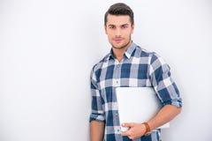 Affärsman i hållande bärbar dator för tillfällig torkduk Arkivfoto