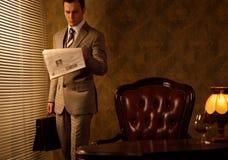 Affärsman i hans kontor arkivbilder