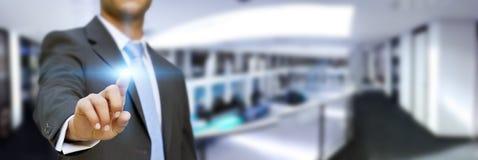 Affärsman i hans kontor genom att använda den känsel- manöverenheten vektor illustrationer
