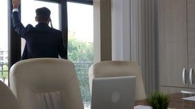 Affärsman i hans kontor som talar på telefonen lager videofilmer
