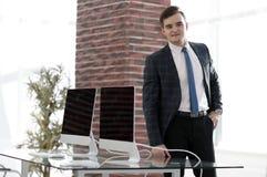 Affärsman i hans nya kontor Royaltyfri Bild
