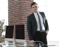Affärsman i hans nya kontor Arkivbilder