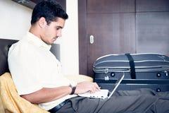Affärsman i hotellrum Arkivbild