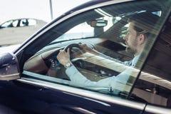 Affärsman, i körning av bilen royaltyfri bild