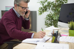 Affärsman i kontoret Arkivbild