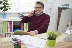 Affärsman i kontoret Fotografering för Bildbyråer
