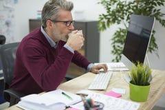 Affärsman i kontoret Royaltyfri Foto
