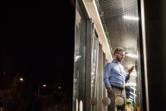Affärsman i kontoret på natten som sent arbetar Arkivfoton
