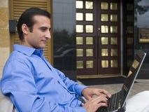Affärsman i korrekt läge med bärbar dator Fotografering för Bildbyråer