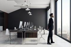 Affärsman i modern coworking kontorsinre arkivbilder