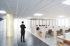 Affärsman i modernt kontor för öppet utrymme Royaltyfri Fotografi