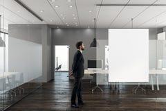 Affärsman i modernt kontor med banret vektor illustrationer