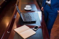Affärsman i regeringsställning med bärbara datorn Royaltyfri Fotografi