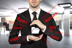 Affärsman i regeringsställning som skyddar malware för skräppost för mappmapp Royaltyfri Bild