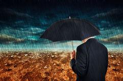 Affärsman i regn Arkivbild