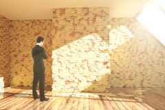 Affärsman i rum med klistermärkear Royaltyfri Bild
