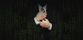 Affärsman i svart dräkt med bakgrund för diagram för kod för abstrakt begreppgräsplandator affärsbankrörelsen, begrepp för intern arkivbilder