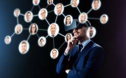 Affärsman i virtuell verklighethörlurar med mikrofon över svart arkivfoto